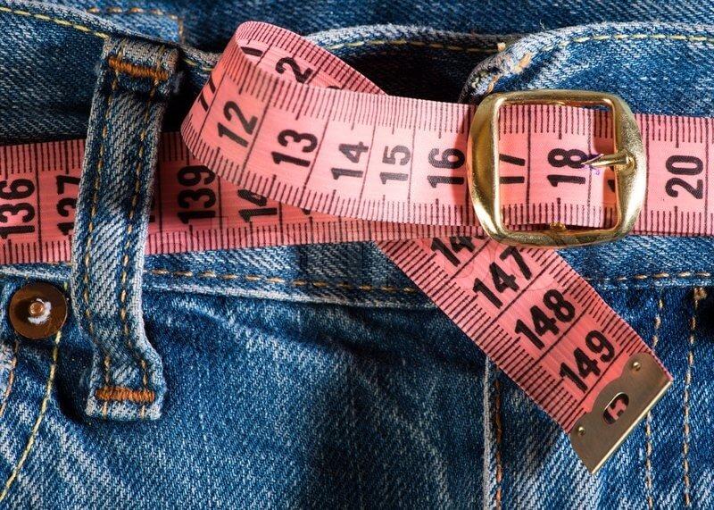 Misurare il girovita per scegliere la taglia della cintura